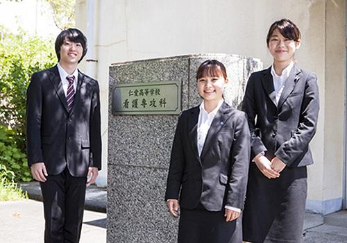 仁愛高等学校玄関前の写真
